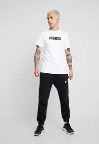 Nike Sportswear - TEE NIKE AIR  - T-shirt med print - white - 1