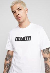 Nike Sportswear - TEE NIKE AIR  - T-shirt med print - white - 4