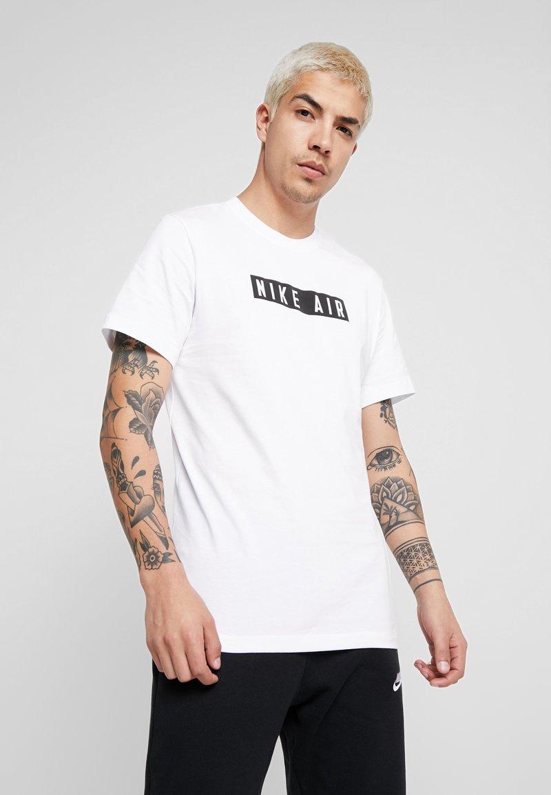 Nike Sportswear - TEE NIKE AIR  - T-shirt med print - white