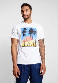 Nike Sportswear - Triko spotiskem - white - 0