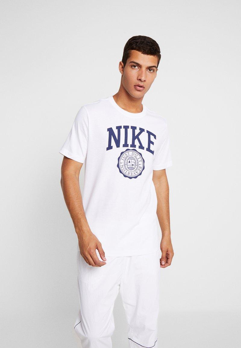 Nike Sportswear - TEE  - T-shirt imprimé - white/midnight navy