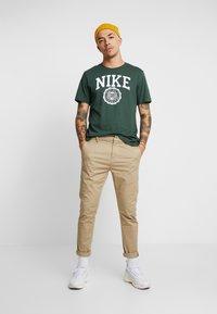 Nike Sportswear - TEE  - Camiseta estampada - galactic jade/white - 1