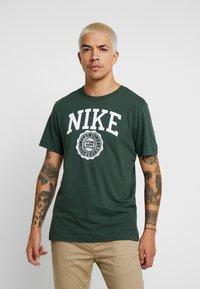 Nike Sportswear - TEE  - Camiseta estampada - galactic jade/white - 0