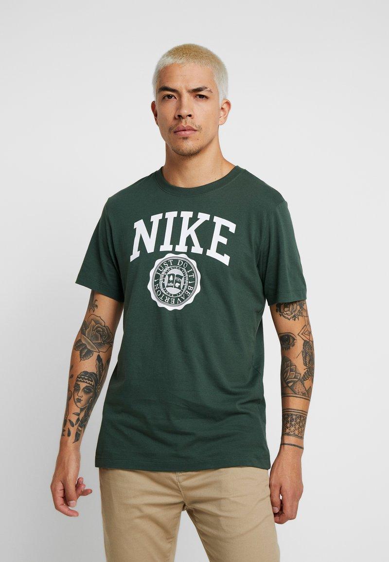 Nike Sportswear - TEE  - Camiseta estampada - galactic jade/white
