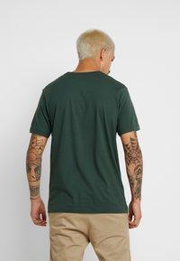 Nike Sportswear - TEE  - Camiseta estampada - galactic jade/white - 2