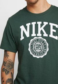 Nike Sportswear - TEE  - Camiseta estampada - galactic jade/white - 5