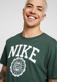 Nike Sportswear - TEE  - Camiseta estampada - galactic jade/white - 3