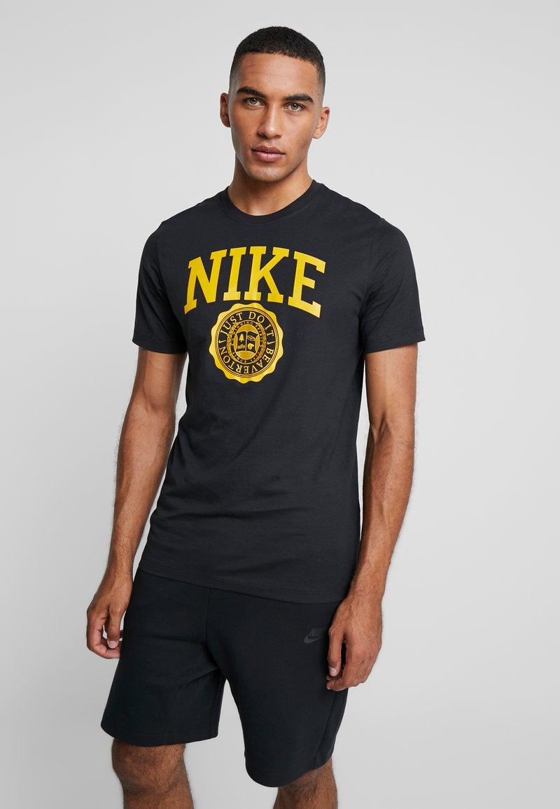 Nike Sportswear - TEE  - T-shirt imprimé - black/dark sulfur