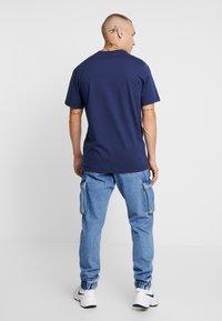 Nike Sportswear - TEE HERITAGE  - T-shirt med print - midnight navy - 2