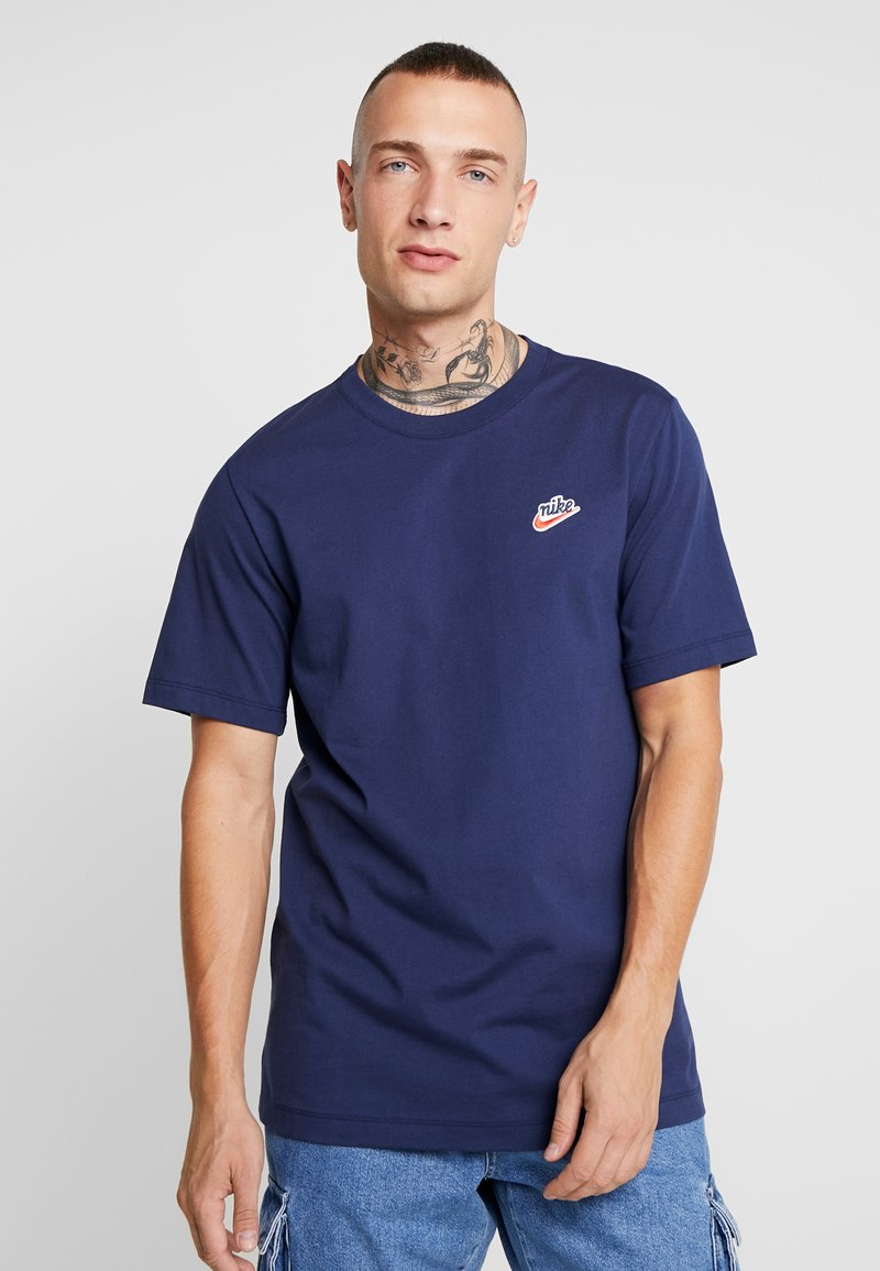 Nike Sportswear - TEE HERITAGE  - T-shirt med print - midnight navy