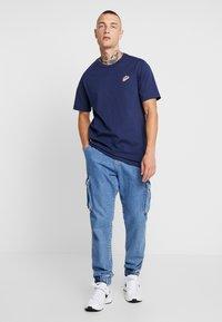 Nike Sportswear - TEE HERITAGE  - T-shirt med print - midnight navy - 1
