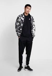 Nike Sportswear - TEE HERITAGE  - Printtipaita - black - 1