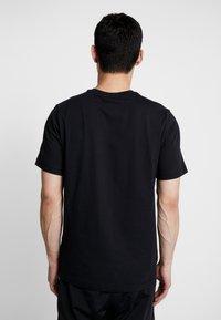 Nike Sportswear - TEE HERITAGE  - Printtipaita - black - 2