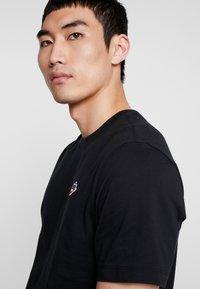 Nike Sportswear - TEE HERITAGE  - Printtipaita - black - 3