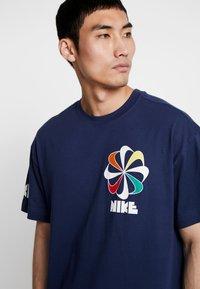 Nike Sportswear - TEE CLASSICS - T-shirt con stampa - midnight navy - 4