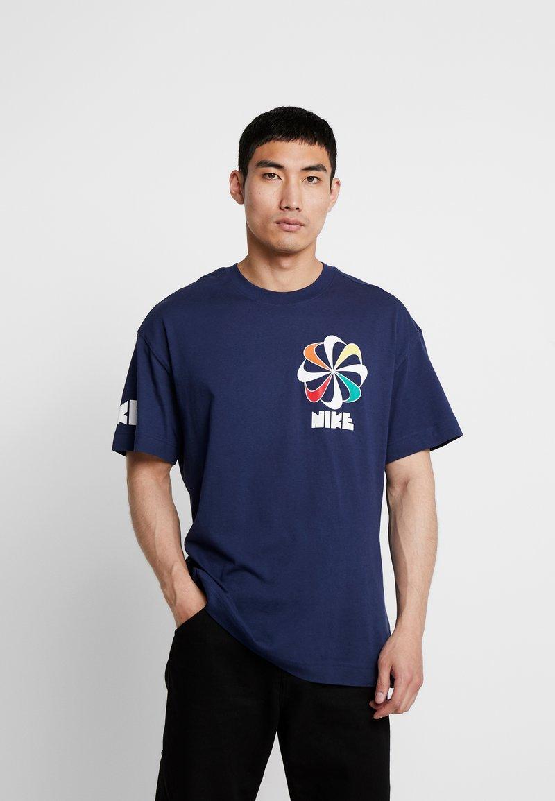 Nike Sportswear - TEE CLASSICS - T-shirt con stampa - midnight navy