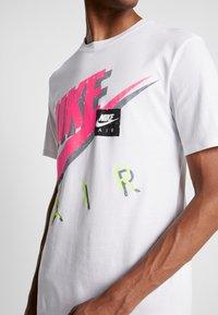 Nike Sportswear - TEE - Camiseta estampada - white - 5