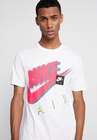 Nike Sportswear - TEE - Camiseta estampada - white - 3