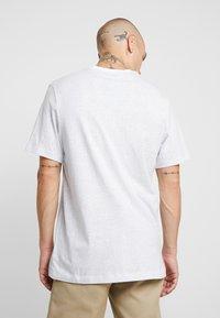 Nike Sportswear - TEE - T-shirt med print - white/pure platinum - 2