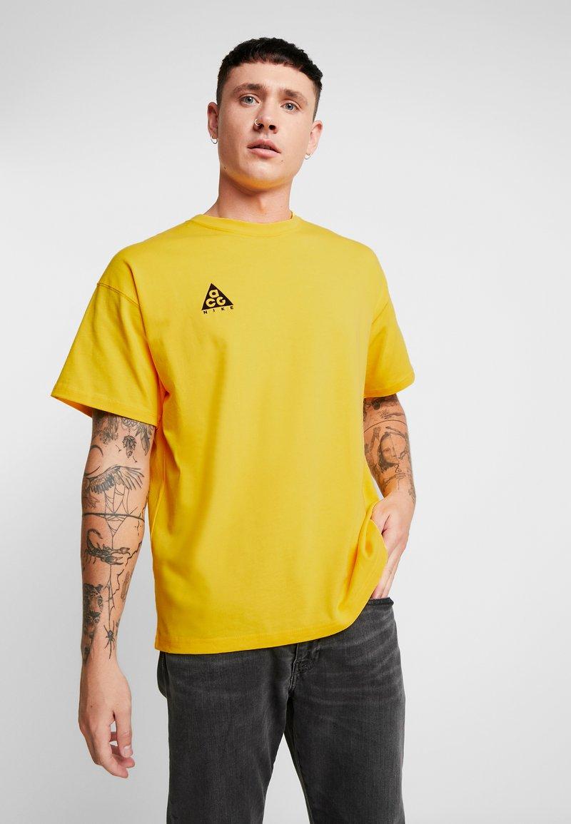 Nike Sportswear - TEE LOGO - Camiseta estampada - amarillo