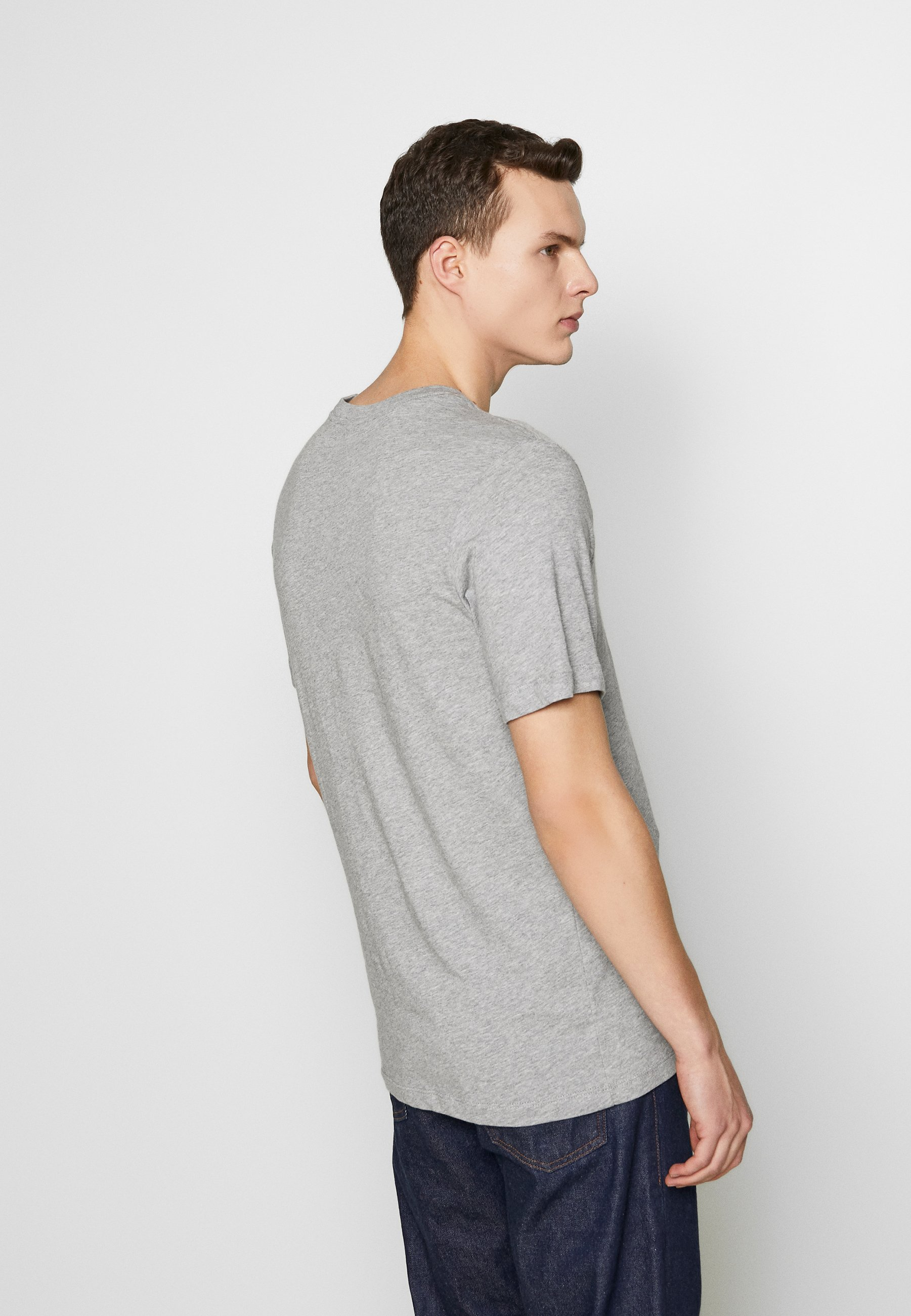 Nike Sportswear PACK TEE - T-shirt z nadrukiem - dark grey heather