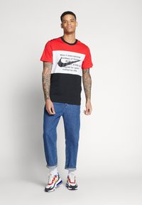 Nike Sportswear - Print T-shirt - black/university red/white - 1