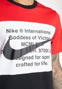 Nike Sportswear - Print T-shirt - black/university red/white - 5