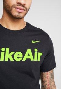 Nike Sportswear - AIR TEE - T-shirt med print - black/volt - 5