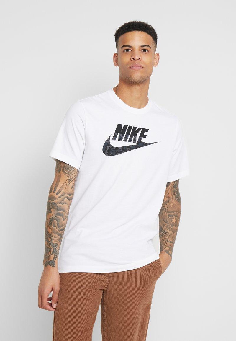 Nike Sportswear - CAMO TEE - T-shirt con stampa - white/black