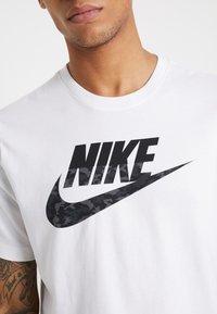 Nike Sportswear - CAMO TEE - T-shirt con stampa - white/black - 5