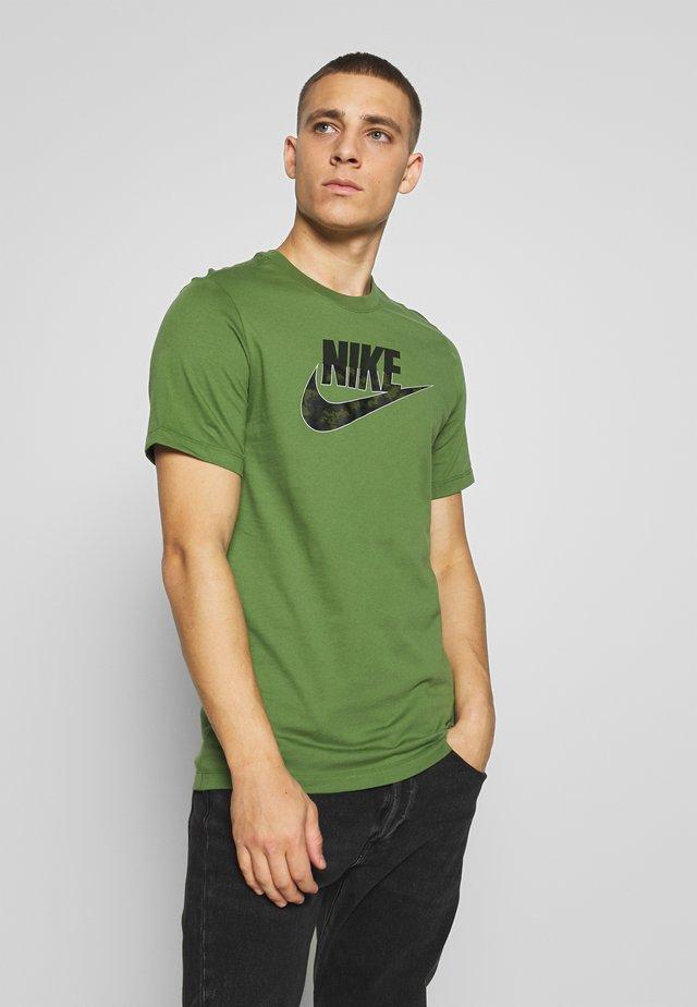 CAMO TEE - Camiseta estampada - olive/dark green