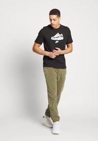 Nike Sportswear - AIR TEE - T-shirt imprimé - black - 1