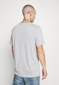 Nike Sportswear - TEE - T-shirt con stampa - smoke grey/black/white - 2