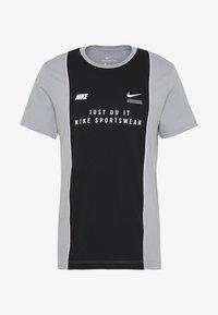Nike Sportswear - TEE - T-shirt con stampa - smoke grey/black/white - 4
