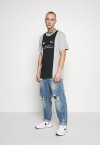 Nike Sportswear - TEE - T-shirt con stampa - smoke grey/black/white - 1