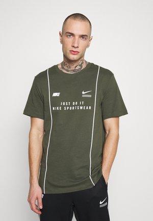 TEE - T-shirt z nadrukiem - cargo khaki/white