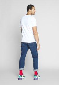 Nike Sportswear - M NSW TEE SNKR CLTR 7 - T-shirt imprimé - white - 2
