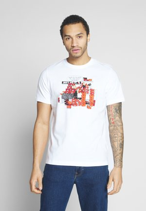 M NSW TEE SNKR CLTR 7 - T-shirt con stampa - white