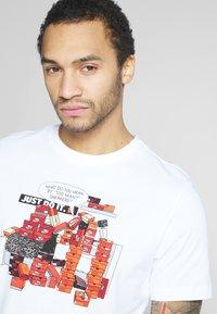 Nike Sportswear - M NSW TEE SNKR CLTR 7 - T-shirt imprimé - white - 3