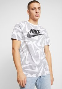 Nike Sportswear - HAND DRAWN TEE - Camiseta estampada - black / white - 0
