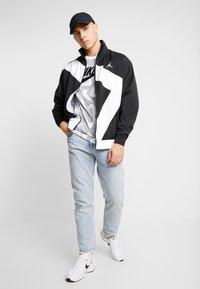 Nike Sportswear - HAND DRAWN TEE - Camiseta estampada - black / white - 1