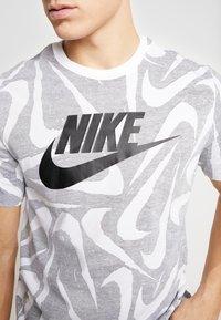 Nike Sportswear - HAND DRAWN TEE - Camiseta estampada - black / white - 5