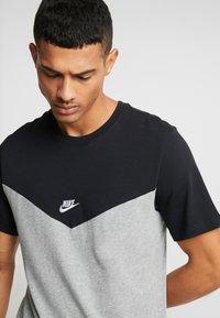 Nike Sportswear - ICON FUTURA - Camiseta estampada - black/grey heather/white - 3