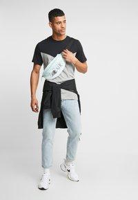 Nike Sportswear - ICON FUTURA - Camiseta estampada - black/grey heather/white - 1