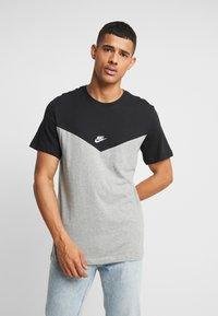 Nike Sportswear - ICON FUTURA - Camiseta estampada - black/grey heather/white - 0