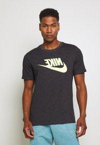 Nike Sportswear - FESTIVAL TEE PRNT - T-shirts med print - smoke grey / volt - 0
