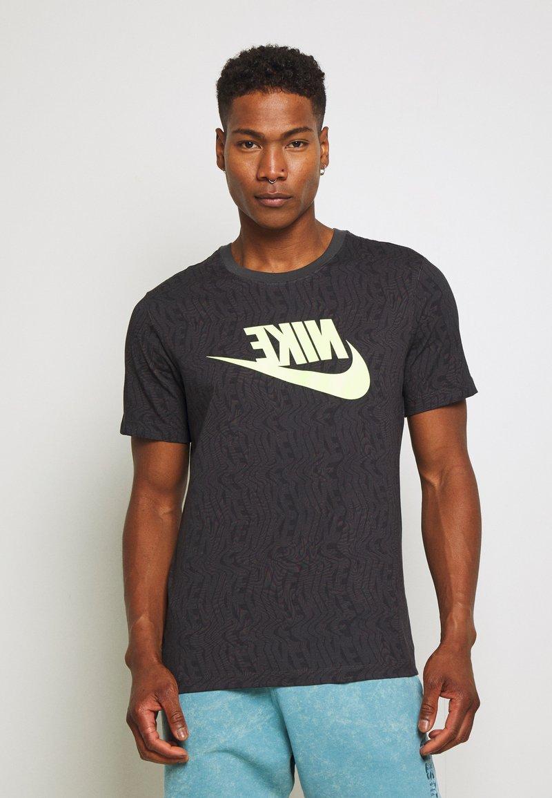 Nike Sportswear - FESTIVAL TEE PRNT - T-shirts med print - smoke grey / volt