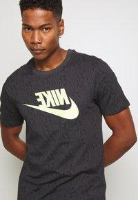 Nike Sportswear - FESTIVAL TEE PRNT - T-shirts med print - smoke grey / volt - 3
