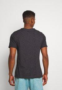 Nike Sportswear - FESTIVAL TEE PRNT - T-shirts med print - smoke grey / volt - 2