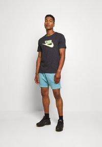 Nike Sportswear - FESTIVAL TEE PRNT - T-shirts med print - smoke grey / volt - 1